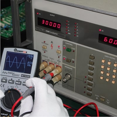 Measure the voltage of an electrical circuit